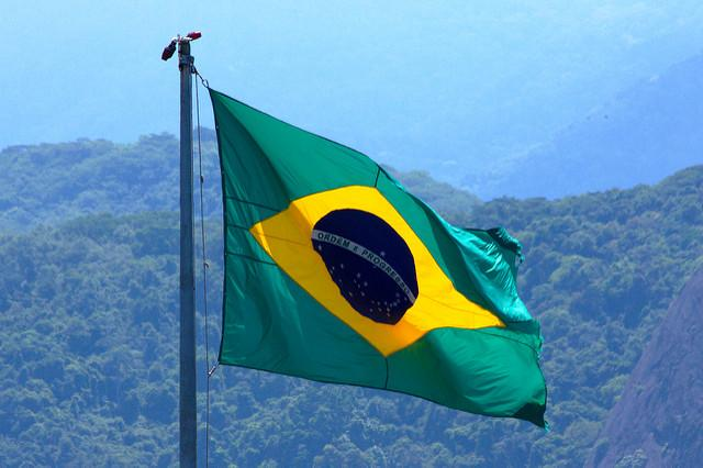 De Braziliaanse vlag wappert in de wind.